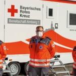 v.l.n.r.: Ulrike Jakob, Nicolas Stoffregen, Nina Heldmann - die neue Bereitschaftsleitung der Bereitschaft Amberg 1 vor der mobilen Sanitätsstation